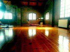 Hoy estamos rodando una nueva serie de prácticas es el estudio Zentro de Yoga de Barcelona con Xuan-Alan Trinh . Que mañana dará la Masterclass de @freeyoga #Oysho.  www.aomm.tv #freeyogamasterclass