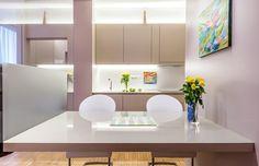Dvoupatrová domácnost se čtyřmi schody vedoucími ke klidu Bathroom Lighting, Mirror, Furniture, Home Decor, Bathroom Light Fittings, Bathroom Vanity Lighting, Decoration Home, Room Decor, Mirrors