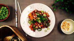 Pannestekt tofu med en saus av hot sriracha og peanøtter er perfekt alene, sammen med en salat eller med nudler og grønnsaker.