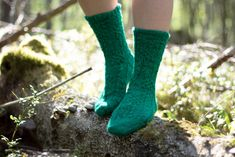 Vaihtelua sukanvarteen: 6 helppoa resorimallia - Pariton rasa Ravelry, Socks, Flowers, Fashion, Moda, Fashion Styles, Sock, Stockings, Royal Icing Flowers