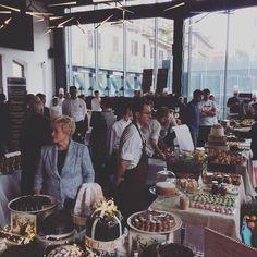 La mattinata al @museomacro è stata bellissima intensa e golosa. Ringraziamo @illy_coffee partner della guida Bar 2017 del Gambero Rosso @sanbitter_official che con il Gambero ha decretato il bar aperitivo dell'anno e tutti i bar premiati che erano con noi per la presentazione della guida Bar d'Italia 2017 #bar2017GR #30annigambero @salderiso @pavemilano @viennoiserie_gian @ginofabbripasticcere @lapasqualina @marelet_treviglio @pinoladisa #vatta #cristallidizucchero #dolcesalato #bedussi… Connect, Table Settings, Bread, Instagram Posts, Italia, Table Top Decorations, Place Settings, Breads, Dinner Table Settings