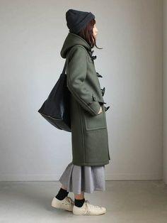ひざ下~ふくらはぎの上くらいの中途半端な丈のコートには、マキシ丈よりやや短めの、コート下から裾が出る程度の丈のスカートを合わせるとGOOD。タイツではなく靴下に差し色を投入するなど、足元の色使いでよりバランスアップ◎