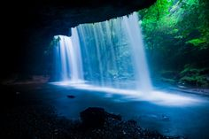 裏側から見ることができる珍しい滝です。水のカーテンのような美しい落水を見ることができます。