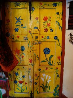 *•.¸(*•.¸♥¸.•*´)¸.•*´ ♥«´¨`•°LOVE.°•´¨`»♥o ¸.•*(¸.•*´♥`*•.¸)`* porta pintada com flores amarela