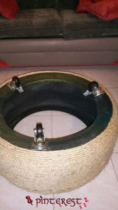 assembly diagram, rope ottoman made out of old tire (Diy Decoracion Hogar)Easy DIY Rope Ottoman Turn a discarded tire into a new favorite foot stoolResultado de imagen para tire table with rope and feetRecommend using a sealer, Sayerlack Tire Furniture, Diy Furniture Decor, Furniture Projects, Diy Divan, Diy Home Crafts, Diy Home Decor, Hammered Coffee Table, Tire Table, Diy Para A Casa