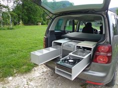 Do you love going on adventures in your car? The Sipras FLIP Camping Box is perfect for you! It's designed to transform your ordinary vehicle into a camper. Suv Camping, Camping Ideas, Volkswagen Touran, Bus Vw, Vw T5, Mini Camper, Camper Caravan, Truck Camper, Mini Vans