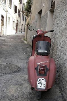 I've always wanted a vespa! Piaggio Vespa, Lambretta Scooter, Vespa Scooters, Scooter Shop, Best Scooter, Fiat 500, Vespa Italy, Vespa Smallframe, Motos Vespa