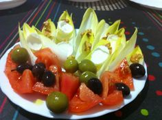 Amanideta d'endíbies, formatgets, tomàquet i olives