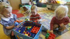 Un grupo de niños, recogiendo sus juguetes