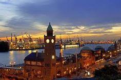 Landungsbrücken Hamburg bei Sonnenuntergang