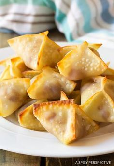 Easy Apple Pie Cream Cheese Wontons - Mini pies with a twist! These little apple pies are fun to make and even more fun to eat. Wonton Recipes, Appetizer Recipes, Snack Recipes, Dessert Recipes, Cooking Recipes, Wonton Appetizers, Asian Appetizers, Ninja Recipes, Party Appetizers