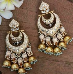 Indian Jewelry Earrings, Indian Jewelry Sets, Jewelry Design Earrings, Gold Earrings Designs, Indian Wedding Jewelry, Mughal Jewelry, Designer Earrings, Jewelry Box, Antique Jewellery Designs
