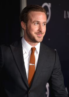 Ryan Gosling (One Year of La La Land today) Ryan Gosling Style, Best Friends Forever, Emma Stone, Suit Fashion, Patagonia, Men's Style, Actors & Actresses, Gentleman, Handsome