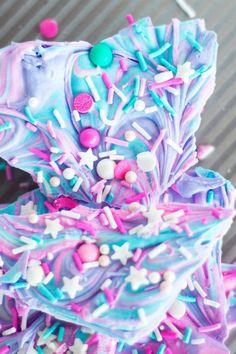 Recipe: Sprinkle Explosion Unicorn Bark DIY: How to make a dream sprinkle explosion called Unicorn Bark on Peony + Ink Rainbow Unicorn Party, Unicorn Birthday Parties, Birthday Treats, Fudge, Unicorn Foods, Candy Bark, Rainbow Food, Rainbow Desserts, Cute Desserts