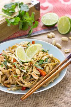 El Pad Thai es un plato tradicional de la cocina Tailandesa. Aprende a preparar una versión vegana del Pad Thai con tallarines integrales de kamut.