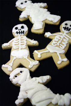 Skeleton and Mummy Cookies (use gingerbread cookies) Halloween Cookies Decorated, Halloween Sugar Cookies, Decorated Cookies, Holiday Treats, Holiday Recipes, Fall Recipes, Yummy Recipes, Caramel Shortbread, Galletas Cookies