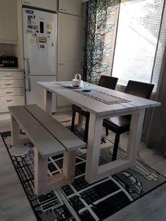 Ruokapöytä ja penkki lankuista.