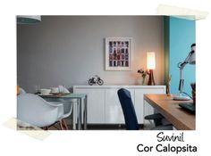 Para quem procura um tom off-white meio acizentado para pintar todas paredes da casa, aqui está uma ótima opção: a cor Calopsita (A014), da Suvinil. Conferi no catálogo e a cor é bem fiel à da foto.