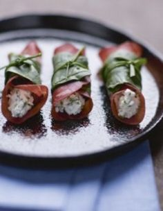 Buffet chic en 50 recettes Bresaola au chèvre frais, épinards et ciboulette