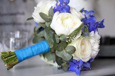 Bruidsboeket met prachtig blauwe afwerking, die mag gezien worden!  #trouwen #bruiloft #bloemen #bruidsbloemist #rozen #pioenen #delphinium