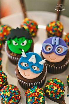 Los Avengers tienen enloquecidos a todos los niños y se ha convertido en un tema muy solicitado para las fiestas infantiles. Estas fantásticas ideas seguro que te servirán de inspiración. Ya sea que tu hijo tenga un héroe preferido, o simplemente adore el mundo de los superhéroes en general, estas ideas para fiesta infantil de … Avengers Birthday Cakes, Hulk Birthday, Superhero Birthday Party, Superhero Baby Shower, Superhero Cake, Cop Cake, Alphabet Cake, Avenger Cake, Fondant Toppers