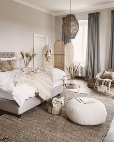 Example of inexpensive farmhouse master bedroom style ideas for decorating 31 Home Decor Bedroom, Interior Design Living Room, Bedroom Ideas, Bedroom Designs, Bedroom Inspiration, White Bedroom Decor, Farmhouse Master Bedroom, Apartment Master Bedroom, Chic Master Bedroom