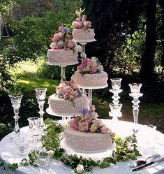 Vários bolos – Wedding Cakes With Cupcakes Wedding Cake Display, Wedding Cake Stands, Wedding Cake Decorations, Amazing Wedding Cakes, Elegant Wedding Cakes, Pretty Cakes, Beautiful Cakes, Fountain Wedding Cakes, Quince Cakes
