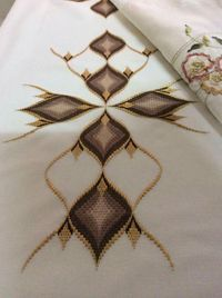 This Pin was discovered by Eri Broderie Bargello, Bargello Needlepoint, Bargello Quilts, Needlepoint Stitches, Swedish Embroidery, Hardanger Embroidery, Diy Embroidery, Cross Stitch Embroidery, Embroidery Designs