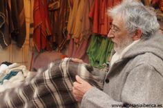 Laurentino de Cabo con una manta de pastor... De entre todas las mantas que realiza este gran artesano nos gustan particularmente la maragata blanca con franjas rojas y verdes ...pesa muy poco y abriga mucho..¡¡¡¡ah y de pura lana merina!!!!