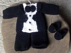 Conjunto composto por : terninho, cal�a e sapatinho <br>detalhes - bot�es <br>cor - preto e branco <br>tamanhos - RN/ 1 a 3 / 3 a 6 meses Crochet Bebe, Crochet For Boys, Free Crochet, Knit Crochet, Baby Dress Patterns, Knit Patterns, Baptism Outfit, Knit Baby Sweaters, Boy Christening