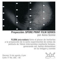 Invitación a la proyección de 'Spore Print Film Series' por Anna Scime. En este trabajo, la artista estadounidense sitúa esporas de hongos en una película de 16 mm para producir un bucle audiovisual. Como el proyector repite la pieza de forma cíclica, jugando sus imágenes y sonidos deteriorados paulatinamente, mientras se el proceso se graba digitalmente y para ser archivado.