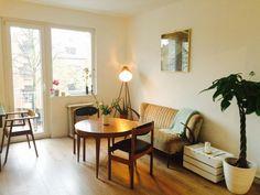 Ein Beistelltisch Aus Weiss Getrichenem Holzkisten Furs Wohnzimmer DIY Tisch