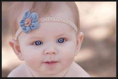 Such a cute baby; her blue eyes match the flower on her head ornament. Such a cute baby; her blue Baby Girl Blue Eyes, Baby Girl Born, Blue Eyed Baby, Baby Blue, Top 10 Baby Names, Baby Girl Names, Outdoor Baby Photography, Baby Boy Photography, Baby Carrier Cover