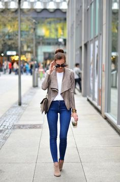 Barbora Ondrackova is rocking a super cute casual style here, in a pair of denim skinny jeans and a gorgeous suede jacket with zip detailing. Suede boots make the perfect match, and a pair of shades are the must-have finish for this spring look! Jacket: Zara, Shirt: Acne, Jeans: Topshop, Boots: Asos, Bag: Chloé.