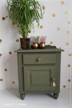 Vintage Olijf groen Nachtkastje Old Furniture, Paint Furniture, Upcycled Furniture, Furniture Design, Green Nightstands, Greece Design, Decoration, Master Bedroom, Home And Garden