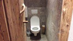 Der handgemachte Toilettenbürstenhalter aus groben Holz passt perfekt zum übrigen Ambiente. Gesehen in der Hochmailalm im Skigebiet Hochkönig.