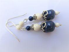 Oorbellen Baroque Blue White swarovski parels in dark lapis en ivory tint. geheel zilver Tint, Pearl Earrings, Drop Earrings, Baroque, Swarovski, Blue And White, Jewelry, Armband, Pearl Studs