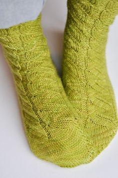 Rainbow Project : Des vertes et des pas mûres   Knit Crochet, Socks, Knitting, Fashion, Knitting Socks, Sheep, Stockings, Green, Accessories