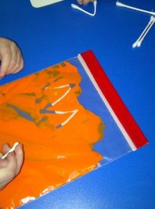 Sensory paint bags and Q-tip: A great wait to target writing skills without using paper and pencils. Preschool Writing, Teaching Activities, Sensory Activities, Preschool Activities, Sensory Bags, Teaching Ideas, Learning Games, Sensory Play, Teaching Tools