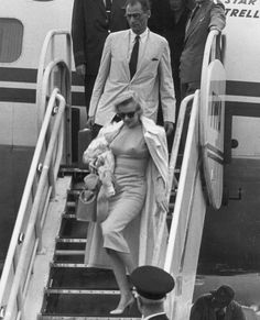 Full-length image of American actor Marilyn Monroe and her husband, American playwright Arthur Miller, descend an airplane ramp after arriving at London Airport, England. Monroe was in London to. Get premium, high resolution news photos at Getty Images Marlene Dietrich, Grace Kelly, Classic Hollywood, Old Hollywood, Hollywood Pictures, Fotos Marilyn Monroe, Marilyn Moroe, Estilo Pin Up, Actrices Sexy