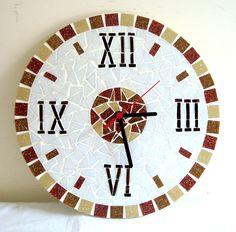 Relógio em mosaico, feito em base de mdf, mede 30 cm de diâmetro. Mirror Mosaic, Mosaic Art, Mosaic Designs, Mosaic Patterns, Wall Watch, Mosaic Projects, Mosaic Ideas, A Wrinkle In Time, Mosaic Flowers