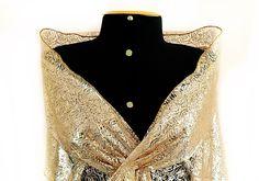 791bb5e8d13 Xale Retangular em tule com fundo nude e estampa dourada metálico. Por sua  transparência ficará