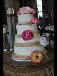 Rustic chic wedding cake design idea using raffia. Wedding Cake Inspiration  Keywords: #rusticthemedweddingcakes #jevel #jevelweddingplanning Follow Us: www.jevelweddingplanning.com www.pinterest.com/jevelwedding/ www.facebook.com/jevelweddingplanning/