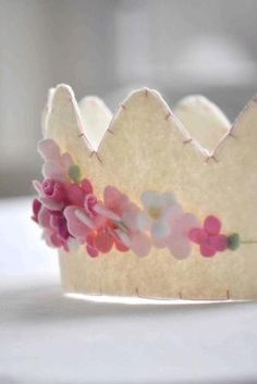 Wonderful felt crown--also felt party hats. I'm going to do this for my little cousins birthday party ☺️ Felt Diy, Felt Crafts, Diy Crafts, Princess Tea Party, Princess Crowns, Princess Style, Disney Princess, Felt Crown, Tea Party Birthday