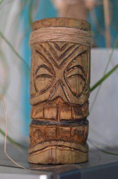 Ce bougeoir Tiki Vainui est laccessoire idéal pour réchauffer lambiance dune pièce. Il est sculpté par nos soins dans notre atelier. Il est creusé sur le dessus afin dy intégrer une bougie (format chauffe plat, fournie avec). Hauteur: 13cm  Il sera lami de vos longues soirées dété !  Nhésitez pas à nous contacter si vous souhaitez plusieurs exemplaires, il est possible de le rééditer.