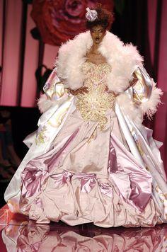Christian Dior at Couture Fall 2004 - Runway Photos Alexander Grassner Große 46 Dior Fashion, 2000s Fashion, Couture Fashion, Runway Fashion, Club Fashion, Christian Dior Couture, Dior Haute Couture, Fall Fashion Week, Autumn Fashion