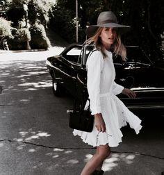 Robe blanche avec un chapeau