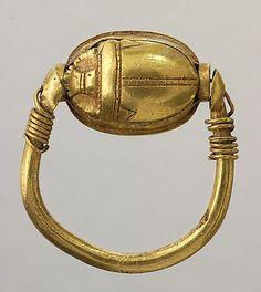 Nouvel Empire -  Bague à scarabée cerclé - emblème d'Hathor - or    Site officiel du musée du Louvre