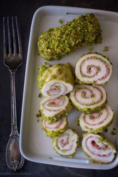 Pistachio and speck chicken rolls-involtini di pollo pistacchi e speck Pistachio and speck chicken rolls - Meat Recipes, Chicken Recipes, Healthy Recipes, I Love Food, Good Food, Vegetarian Lunch, Daily Meals, My Favorite Food, Italian Recipes