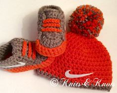 Nike hat and booties crochet crib shoes от KnotsandKnitsByTina Crochet Cap, Booties Crochet, Crochet Slippers, Crochet Baby Clothes, Crochet Baby Shoes, Baby Set, Artisanats Denim, Baby Boy Booties, Kit Bebe